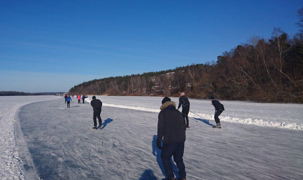Skridskoåkare på sjön Norrviken som ligger på promenadavstånd från Brf Folkungarna.